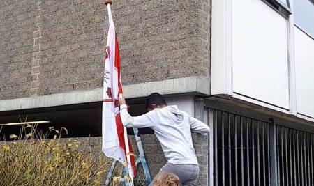 Natuurlijk gaat de vlag ook uit op het gebouw dat de kraamkamer was van de Gertrutten, de Gertrutten Verbrassband, de Gertrutten VanSlagBand en al hun nakomertjes!